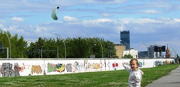 Egy Fal-darab előtt (Fotó: Mártonffy Zsuzsa)