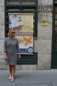 Susanna Lakner a Bélyegmúzeum előtt (Fotó: Zsubori Ervin)