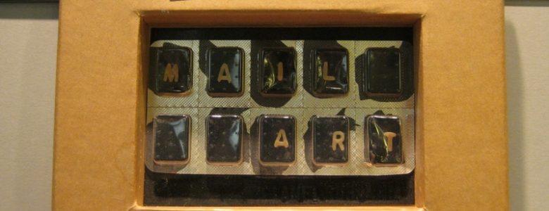 Susanna Lakner mail-art gyűjteményének részlete a Bélyegmúzeumban