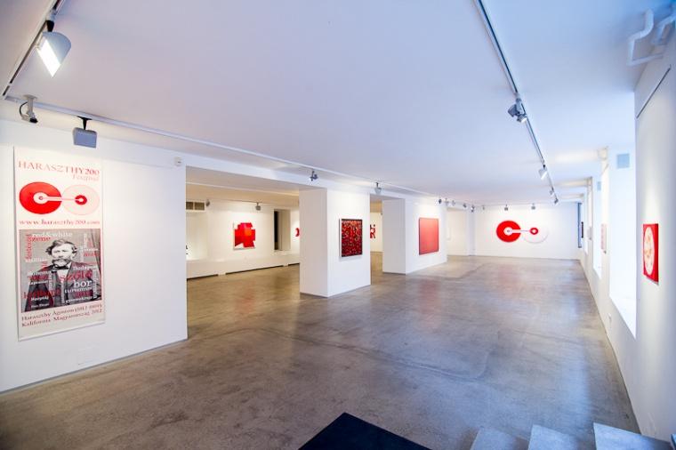 Vörös és fehér (a kiállítás részlete)