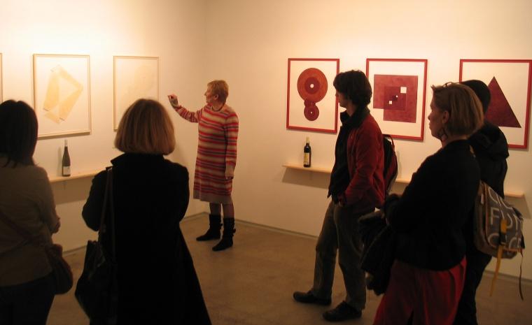 Dárdai Zsuzsa tárlatvezetése a Vörös és Fehér kiállításon