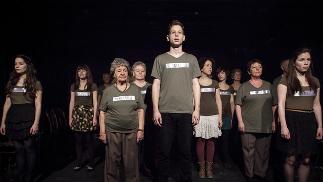 Hátra arc! - jelenet az előadásból (Fotó: Dömölky Dániel)