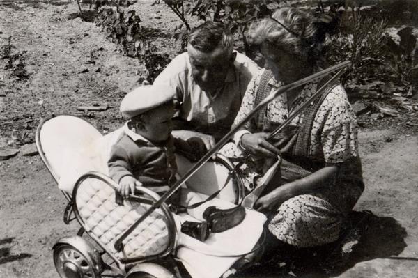A Csengődi Papáékkal, babakocsiban (Csengőd, hatvanas évek)