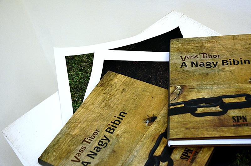 Vass Tibor új kötete a megnyitón (Fotó: Bibók Bea)