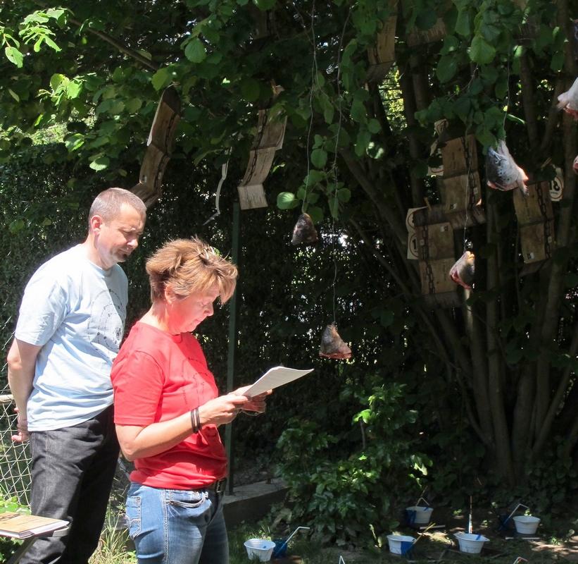 Lakner Zsuzsa megnyitója az installáció előterében (Fotó: Hoffmann Tamás)