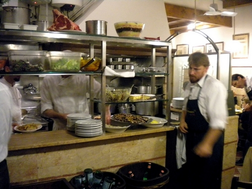 Azonnal felveszik a rendelést, majd a levest fél, a lazagnát két percen belül kihozzák.