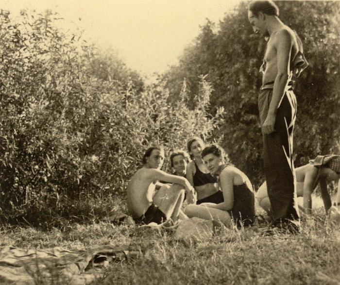 Korniss Dezső, Mándy Stefánia, Vajda Júlia, Bíró Klári, Szántó Piroska és Vajda Lajos (áll); Szentendre, 1934 körül (Forrás: Artportal)