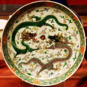 Sárkánnyal díszített tányér a Csing-dinasztia korából
