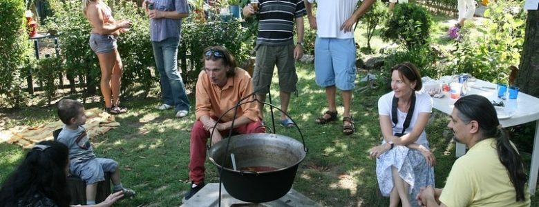 Jelenet egy kertfesztiválról: bográcsozók (Fotók: Zsubori Ervin)