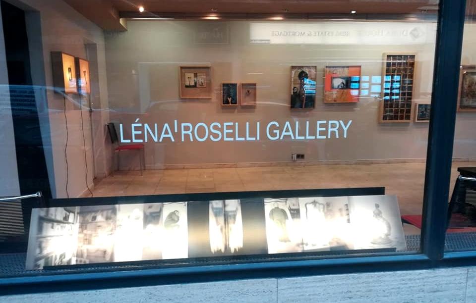 A kiállítás - a galéria ablakán át nézve