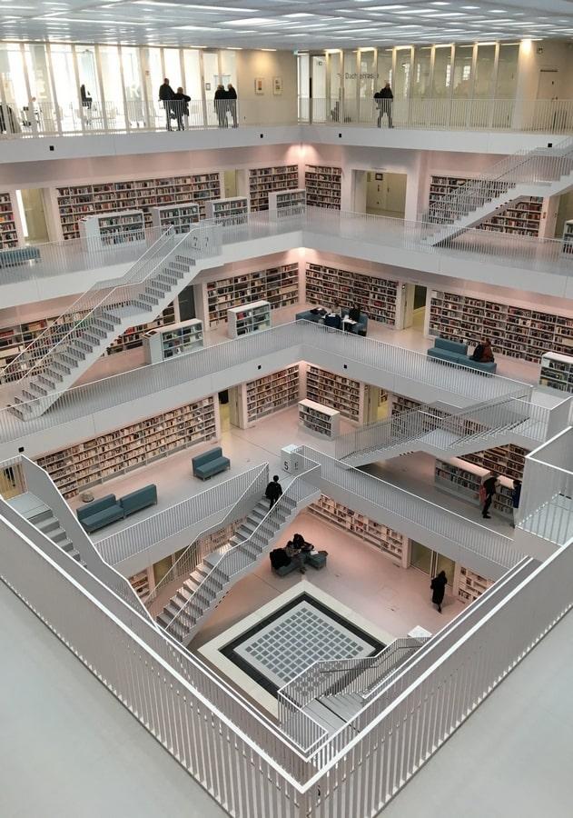 A stuttgarti Városi Könyvtár belső tere (Fotó: Hoffmann Tamás)